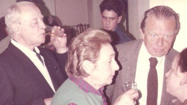 Jerzy Giedroyć w 1975 roku w Centrum Dialogu oo.Pallotynów w Paryżu w towarzystwie między innymi Czesława Miłosza.