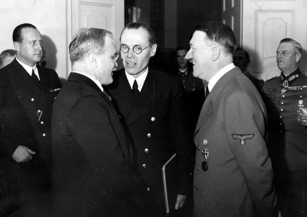 Hitler nie mógł zaatakować Polski bez pewności co zrobią Sowieci. Na zdjęciu spotkanie Hitlera z ministrem spraw zagranicznych ZSRS Wiaczesławem Mołotowem Mołotowem. Listopad 1940 roku.