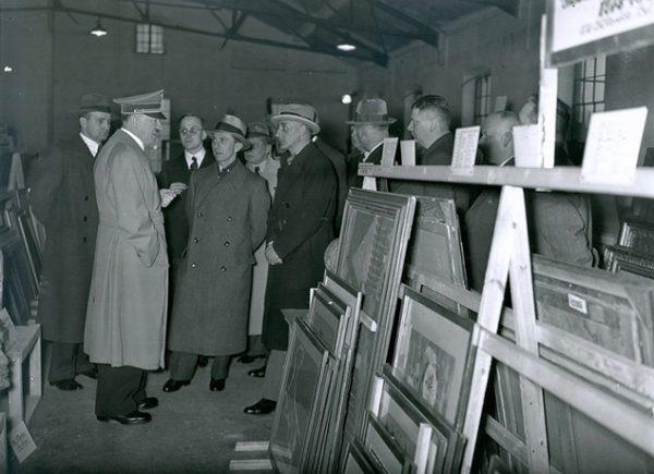 Hitler oglądający dzieła sztuki zrabowane przez jego wojska