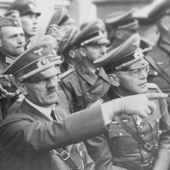 Adolf Hitler obserwuje oblężenie Warszawy. Wrzesień 1939 roku.