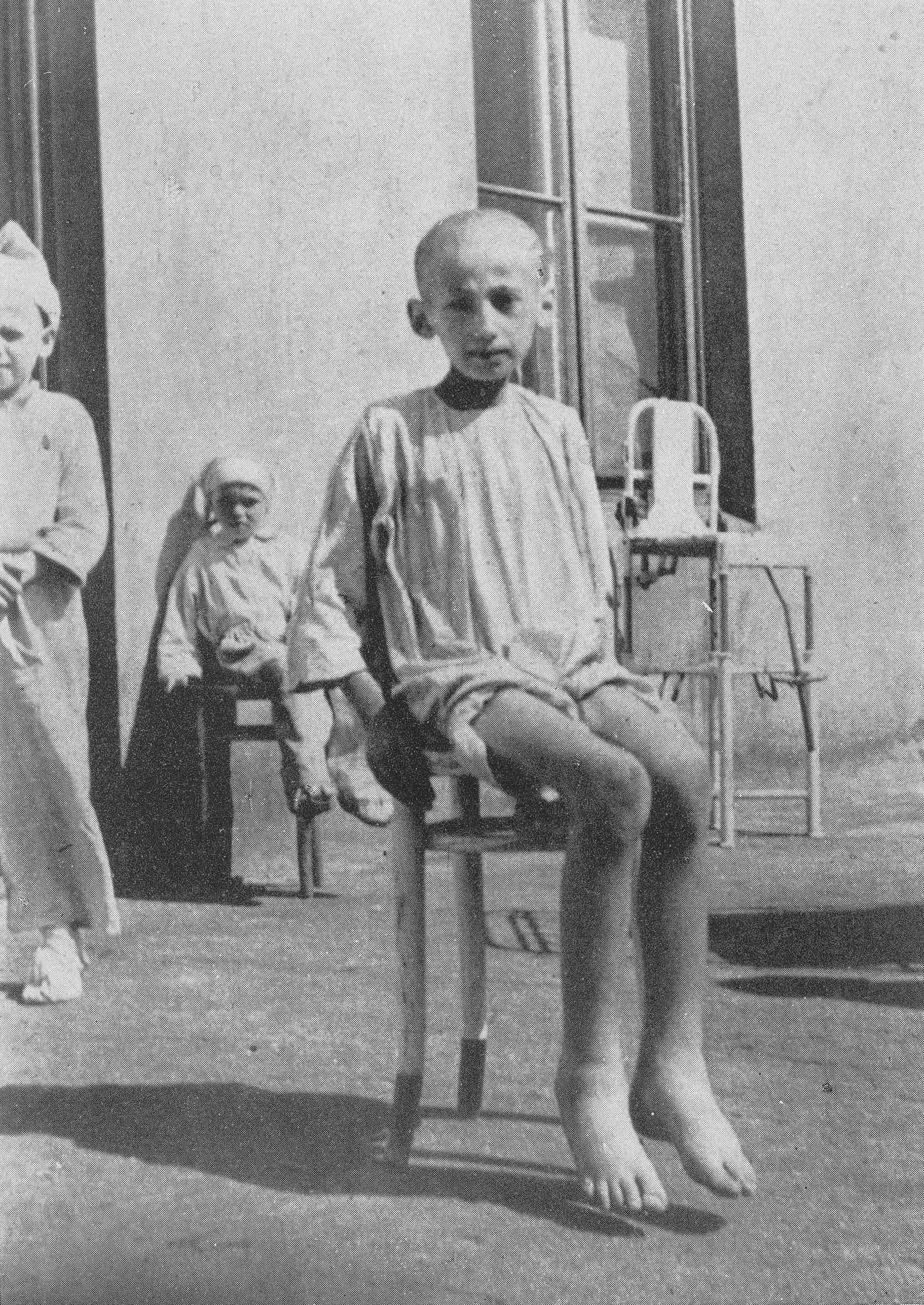 Zagłodzone żydowskie dziecko w getcie. Zdjęcie z 1942 roku.