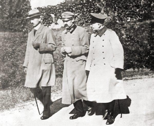 Kazimierz Sosnkowski i Józef Piłsudski. Zdjęcie wykonane w okresie internowania w twierdzy magdeburskiej.