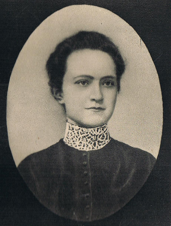 Wanda Krahelska-Filipowiczowa, działaczka niepodległościowa przed I wojną światową, była jedną z osób, które wcieliły w życie pomysł stworzenia instytucji pomagającej Żydom. Wizerunek pochodzi z 1905 roku.