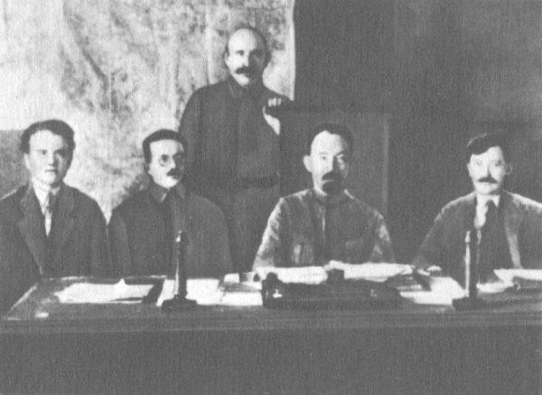 Czekiści za czasów Lenina wprost prześcigali się w bestialstwie. Na tym zdjęciu uwieczniono kierownictwo WCzK (od lewej: Jēkabs Peterss, Józef Unszlicht, Abram Bieleńkij, Feliks Dzierżyński i Wiaczesław Mienżynski).