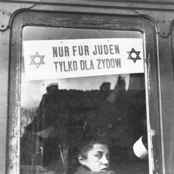"""Tabliczka """"Nur für Juden – Tylko dla Żydów"""" na warszawskim tramwaju w październiku 1940 roku."""