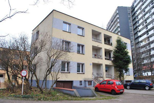 Pierwsze budynki, jakie stanęły na katowickim Osiedlu Tysiąclecia w latach 1958-1960. W Polsce modernistyczna architektura nie zachwyca. Przeciwnie - budzi niekiedy wstręt i litość. Nic dziwnego skoro często budynki te stawiano mimo braku odpowiednich środków finansowych. Nie znaczy to jednak, że w Polsce brak architektonicznych perełek z tamtych czasów.