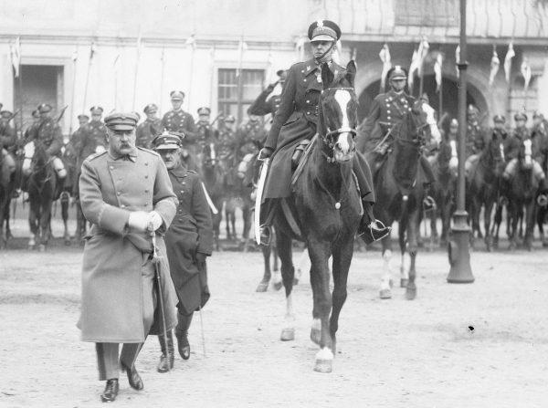 Przy łożu śmierci Józefa Piłsudskiego nie mogło zabraknąć jego wiernego przyjaciela Bolesława Wieniawy-Długoszowskiego. Na zdjęciu za Marszałkiem konno.