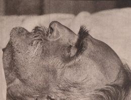 Marszałek Józef Piłsudski na łożu śmierci w pokoju, w którym umarł.Marszałek Józef Piłsudski na łożu śmierci w pokoju, w którym zmarł.