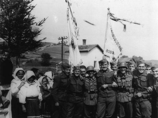 Słowaccy i Niemieccy żołnierze pozują do wspólnego zdjęcia. Komańcza 1939.