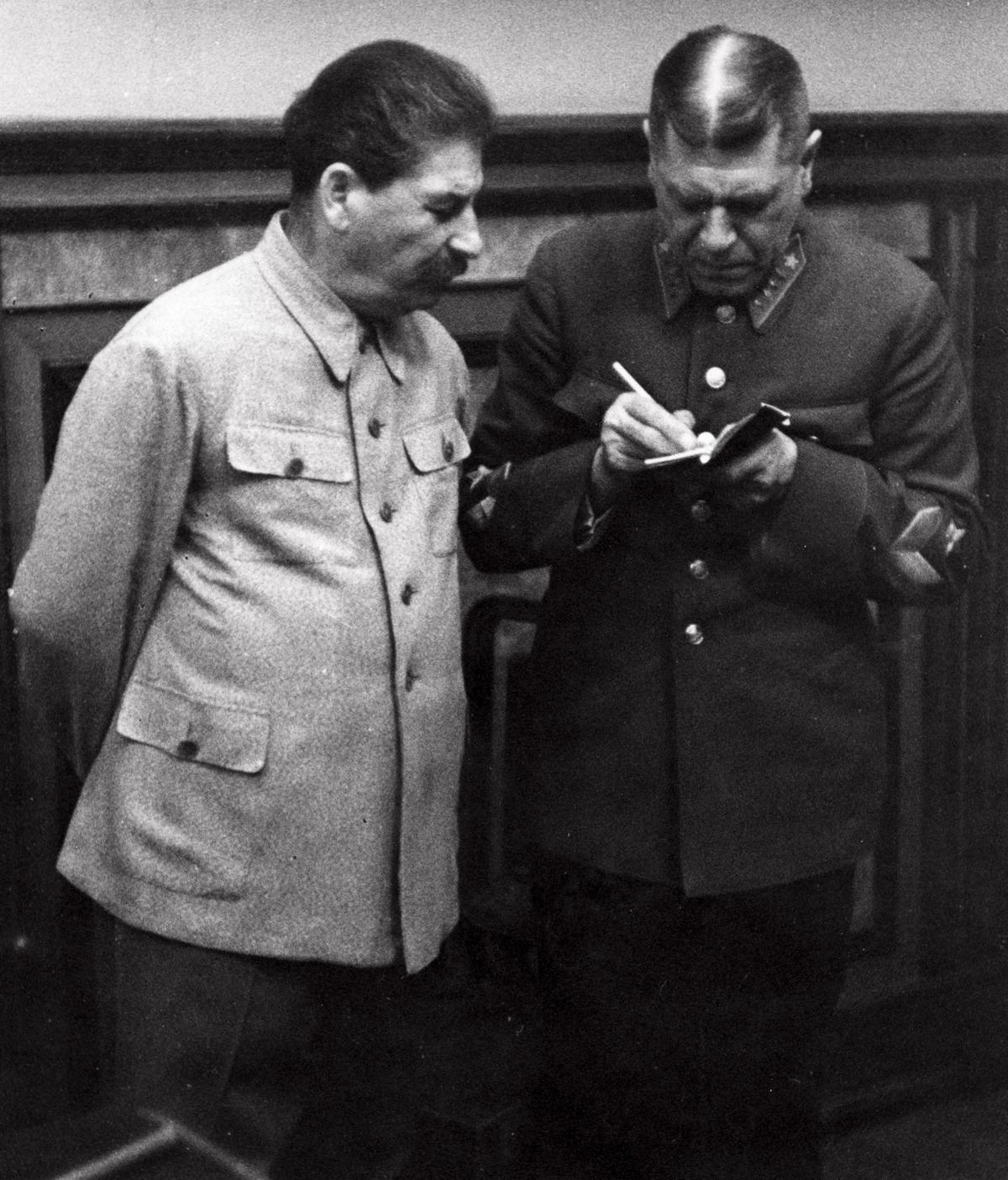 Stalin nie miał zaufania ani do Hitlera ani do zachodnich demokracji. W związku z tym postanowił skorzystać z oferty tego, kto więcej zaoferuje.