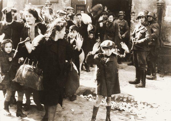 Żydowska ludność cywilna schwytana podczas tłumienia powstania.