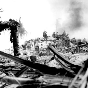 Marines w walkach na atolu Tarawa (fot. domena publiczna)
