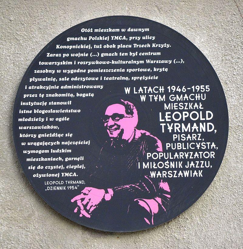 """Leopold Tyrmand pośmiertnie został wyróżniony własną pamiątkową tablicą na jednej ze ścian warszawskiego budynku (na zdjęciu). Nic dziwnego skoro był nie tylko polskim pisarzem i publicystką, który nie poszedł na współprace z socjalistyczną władzą, ale i usilnie popularyzował w Polsce wszystko to, co pochodziło ze """"zgniłego Zachodu"""". To dzięki niemu powstał Jazz Jamboree, jeden z największych europejskich festiwali muzyki jazzowej."""