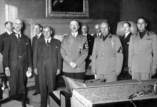 Sygnatariusze traktatu monachijskiego. Od lewej Neville Chamberlain, Édouard Daladier, Adolf Hitler, Benito Mussolini i Galeazzo Ciano. Zdjęcie wykonane 29 września 1938 roku.
