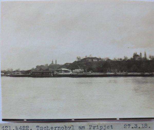 Od połowy XIV wieku Czarnobyl należał do Wielkiego Księstwa Litewskiego. W 1566 roku król Zygmunt August, mocą przywileju, dokonał darowizny miasta, przez co Czarnobyl stał się własnością prywatną. Trzy lata później został włączony do Korony. Na zdjęciu Czarnobyl około 1918 roku.