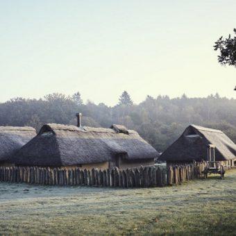 Zrekonstruowana średniowieczna duńska osada. (fot. Velje Museums)