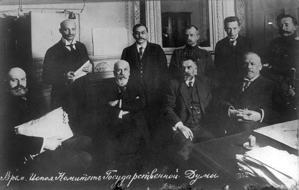 Członkowie Rządu Tymczasowego. Siedzą od lewej: Władimir Lwow, Władimir Rżewski, Siergiej Szydłowski i Michaił Rodzianko. Stoją: Wasilij Szulgin, Iwan Dmitriukow, Boris Engelgard, Aleksander Kiereński i Michaił Karaułow.