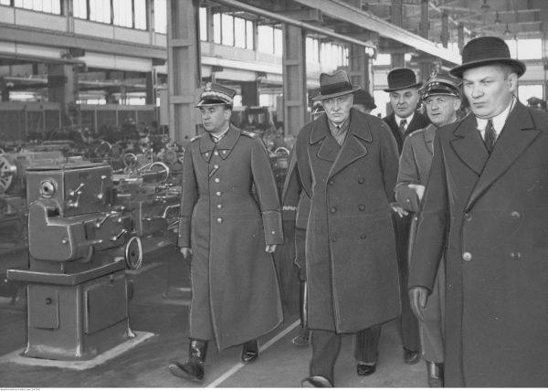 Wizyta prezydenta Ignacego Mościckiego w Centralnym Okręgu Przemysłowym. Delegaci zwiedzają nową halę fabryczną