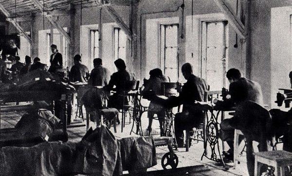 Żydzi pracujący w manufakturze w getcie.