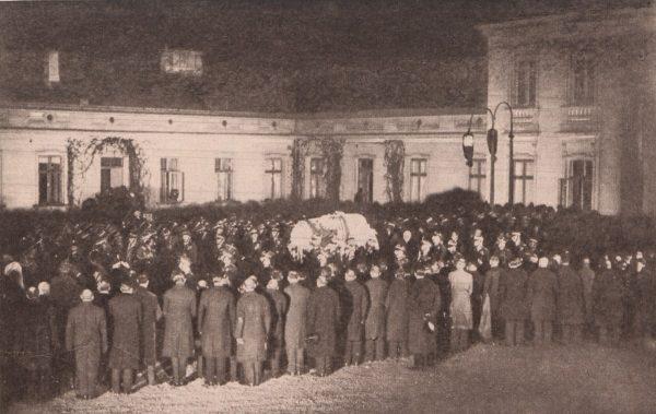 Wyniesienie trumny ze zwłokami Józefa Piłsudskiego z Belwederu.