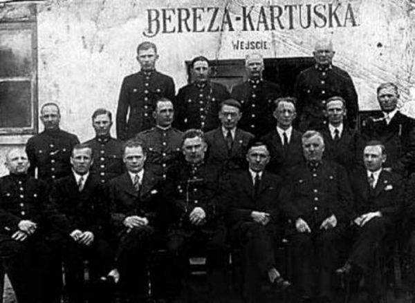 Dyrekcja oraz administracja obozu w Berezie Kartuskiej.
