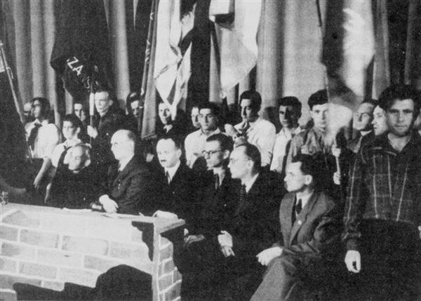 Działacze Żegoty sfotografowani w kwietniu 1946 roku, podczas obchodów trzeciej rocznicy wybuchu powstania w getcie warszawskim. Od prawej widoczni: Piotr Gajewski, Marek Ferdynand Arczyński, Władysław Bartoszewski, Adolf Berman, Tadeusz Rek.