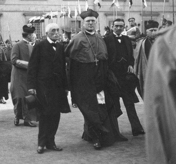 Członkowie polskiej rady regencyjnej na fotografii z końca października 1917 roku: książę Zdzisław Lubomirski, arcybiskup Aleksander Kakowski i hrabia Józef Ostrowski.