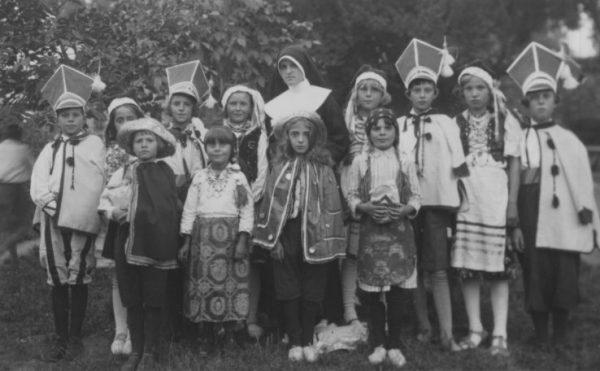 Dzieci pod opieką zakonnicy. Zdjęcie wykonano w Horodenku w 1936 roku.