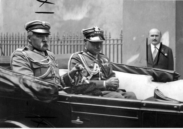 Józef Piłsudski w samochodzie ze swoim adiutantem, Mieczysławem Lepeckim. Fotografia z 1932 roku.