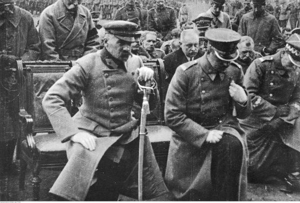 Józef Piłsudski podczas nieokreślonej uroczystości religijnej. Fotografia z 1919 roku.