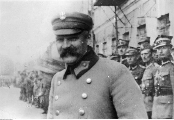 Józef Piłsudski wraz z żołnierzami. Fotografia z 1919 roku.