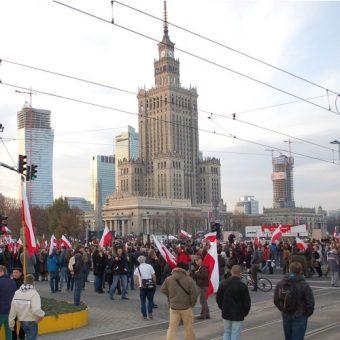 Marsz Niepodleglosci 2012 na tle PKiN. (fot. Wistula, lic. CCA-SA 3.0)