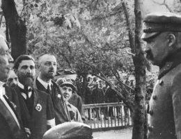 Powitanie Józefa Piłsudskiego chlebem i solą. Nieznana miejscowość, fotografia prawdopodobnie z 1919 roku.