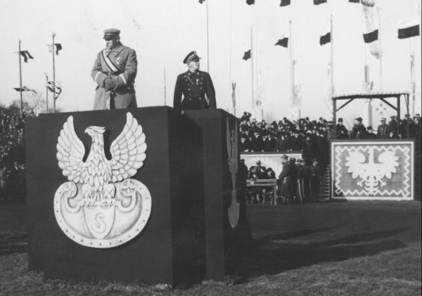 Józef Piłsudski przyjmuje defiladę 11 listopada 1934 roku. Na fotografii rzecz jasna uchwycono moment, gdy wciąż był w stanie utrzymać się na nogach.