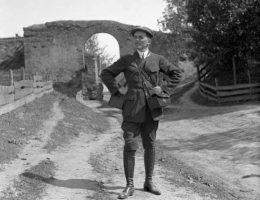 """Henryk Poddębski z aparatami fotograficznymi w Łowiczu w 1939 roku. Zdjęcie pochodzi z albumu """"Niepodległa Poddębskiego""""."""
