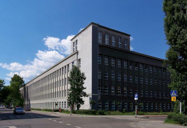 Pracująca pełną parą huta potrzebowała odpowiednich kadr, które od 1945 roku kształciła Politechnika Śląska. Na zdjęciu gmach uczelni. fot. (Lestat (Jan Mehlich), lic. CCA-SA 2.5)