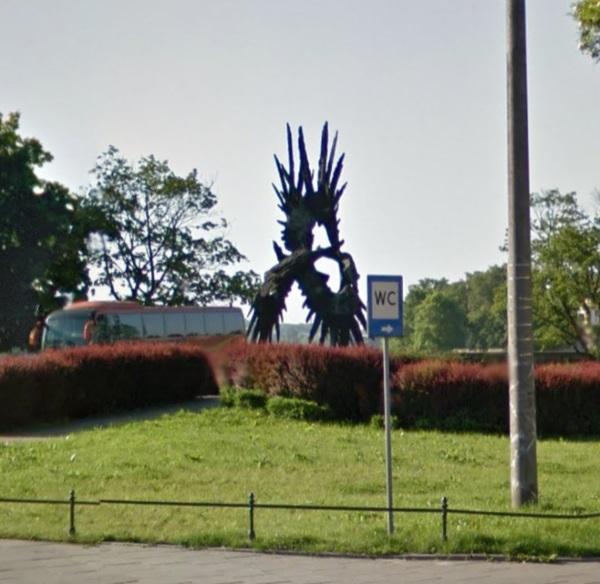 Istniejący już pomnik AK przy tym samym bulwarze wiślanym.