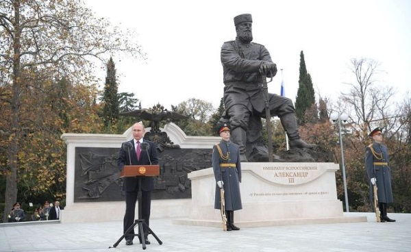 Władimir Putin na tle pomnika cara Aleksandra III (fot. kremlin.ru)