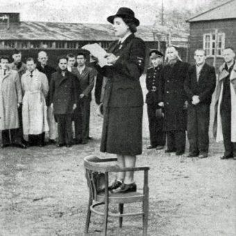 Pani van Overeem, komendantka Czerwonego Krzyża, wygłasza przemówienie w 1945 roku. (fot. domena publiczna)