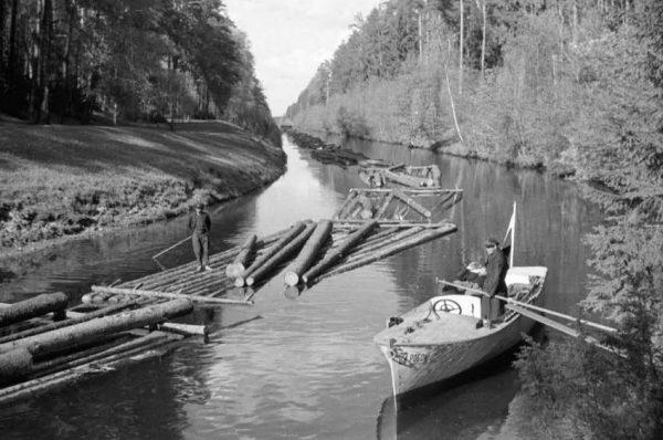 """Spław drewna Kanałem Augustowskim w 1935 roku. Zdjęcie z albumu """"Niepodległa Poddębskiego""""."""