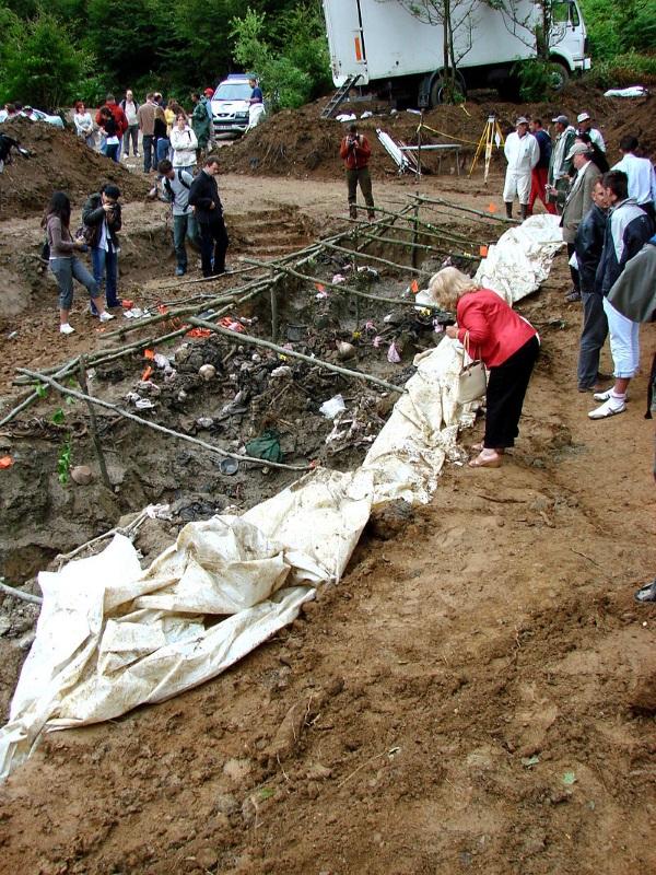 Masowy grób ofiar masakry w Srebrenicy (fot. Adam Jones Adam63, CCA BY-SA 3.0)