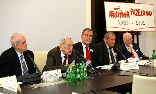 Andrzej Friszke, Tadeusz Mazowiecki, Jan Wyrowiński, Henryk Wujec oraz Jerzy Regulski na konferencji w senacie. (Michał Józefaciuk, lic. CCA-SA 3.0)