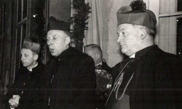 Gomułkę poparł w jego dążeniach Kościół w osobie kardynała Stefana Wyszyńskiego. Na fotografii Lucjan Bernacki, Stefan Wyszyński, Jan Czerniak w 1965 roku (fot. PiotrXX, lic. CC BY-SA 3.0)