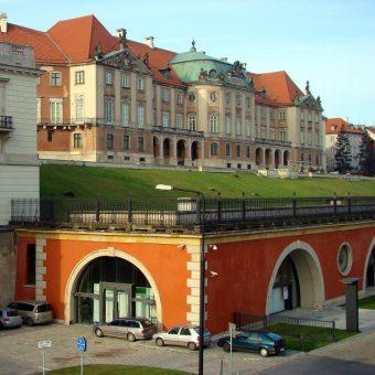 Zamek Królewski w Warszawie, widok na Akady Kubickiego. (fot. Szczebrzeszynski, domena publiczna)