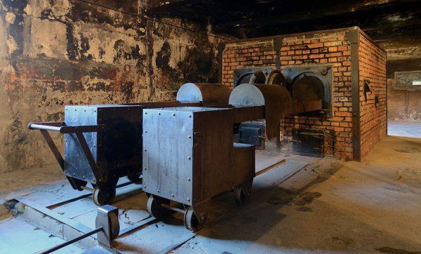 Zdjęcie krematorium w obozie Auschwitz-Birkenau. Mało komu z tych, którzy trafili do tego miejsca Zagłady, udało się uniknąć śmierci.
