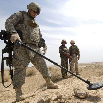 Zmiany w przepisach dotyczące używania wykrywaczy metali budzą niepokój detektorystów i tzw. poszukiwaczy skarbów. Na zdjęciu wykrywacz metalu używany przez żołnierzy.