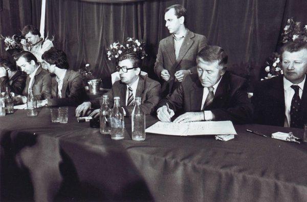 Podpisanie porozumień sierpniowych, w świetle późniejszych wydarzeń, wcale nie okazało się sukcesem. Raptem rok później ogłoszony został stan wojenny a przywódców opozycji oskarżono o próbę obalenia reżimu.