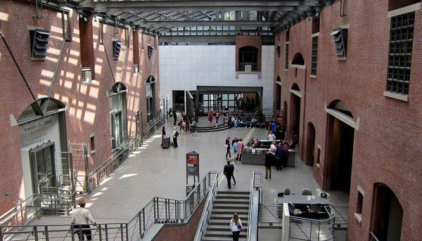 Amerykańskie Muzeum Holokaustu, którego wnętrze widnieje na zdjęciu, stało się pierwszym muzeum, które zostało przygotowane jako konkretna narracja, dająca gotową interpretację wydarzeń, o których opowiada wystawa.