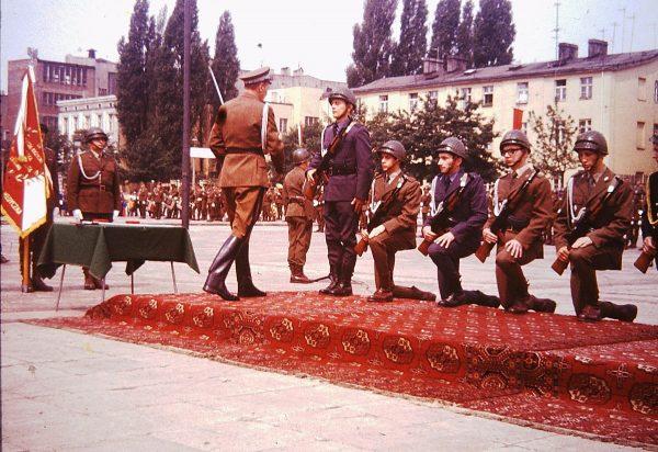 Plac Zwycięstwa w 1974 roku, podczas promocji oficerskich. Czy już niedługo będzie nosił imię Lecha Kaczyńskiego?
