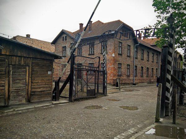 Akt oskarżenia wynikał m.in. z tego, że obóz został wpisany na Listę Światowego Dziedzictwa UNESCO.
